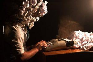 escritor_agobiado_libros_prohibidos