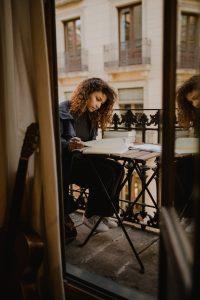 Escritora en un balcón
