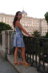 Marina Tena frente al Palacio Real en Madrid