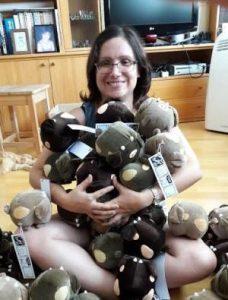 Caryanna Reuven con cerdílopes de peluche
